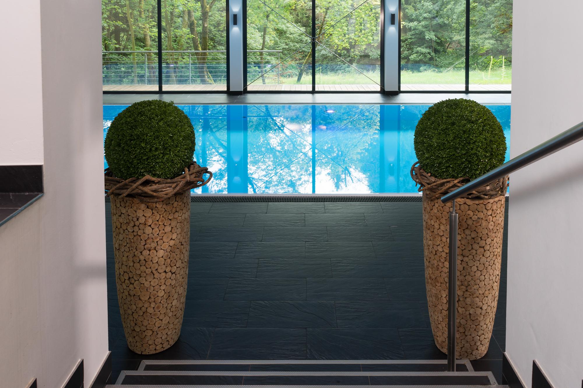ausserdem empfängt einen das Schwimmbecken in strahlendem Blau