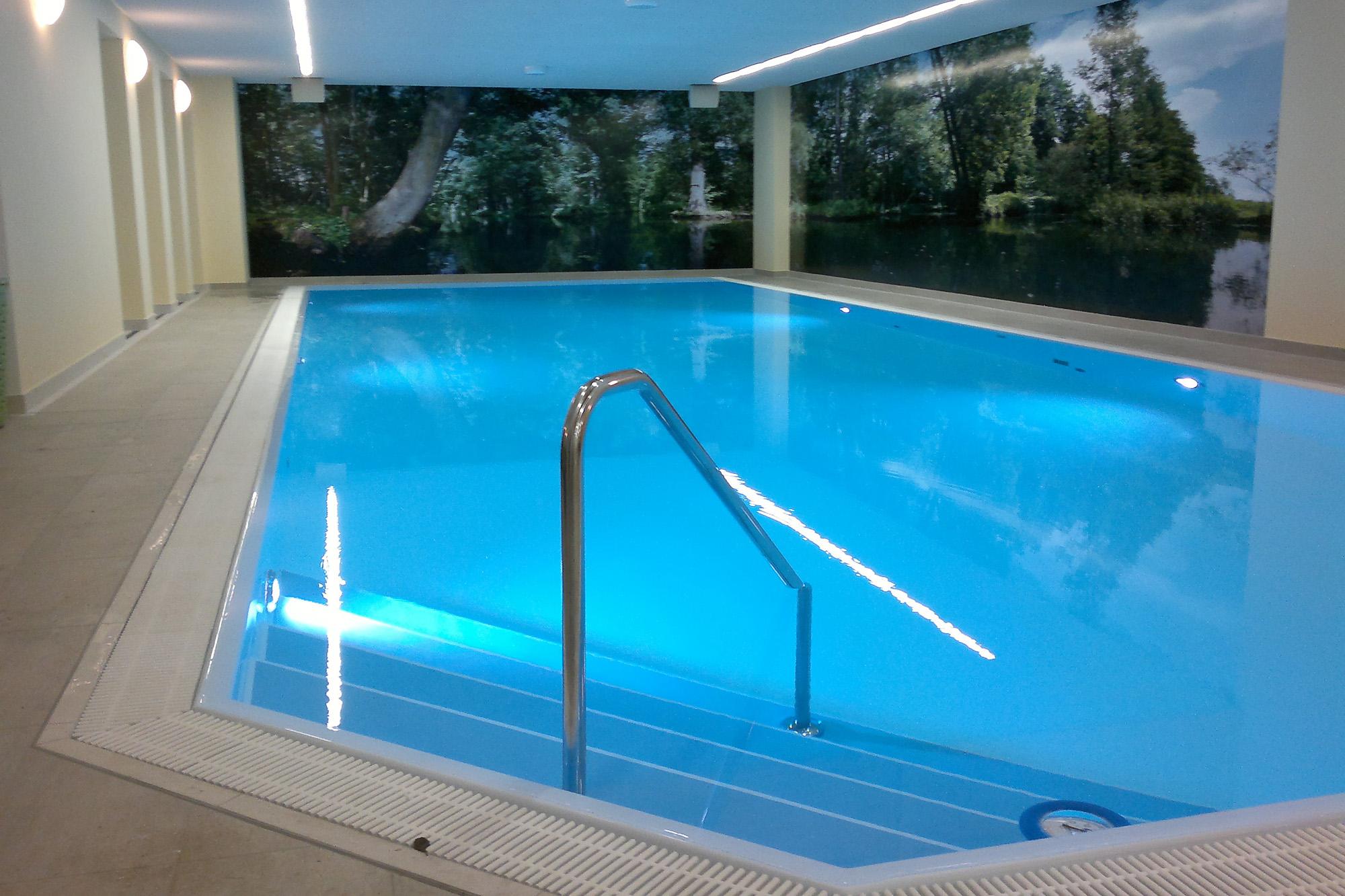 beispielsweise mit abgeschrägter Schwimmbadtreppe