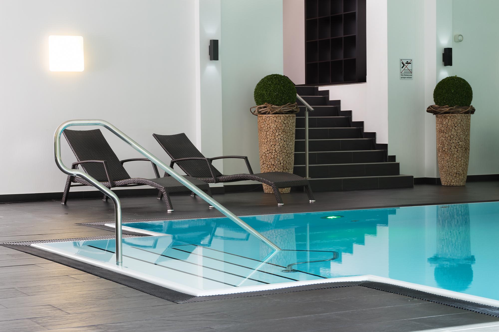 Die Treppe demzufolge im puristischem reduziertem Design