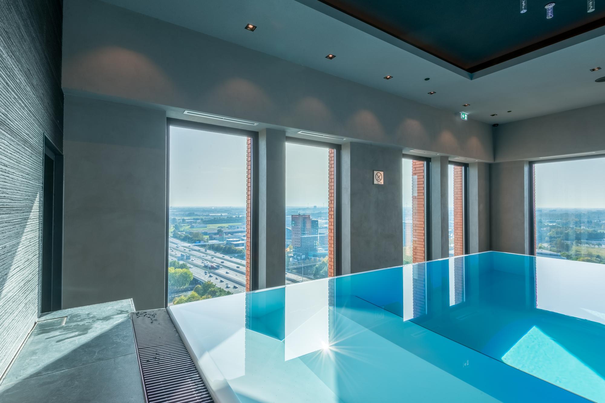 Der Blick aus 60 m Höhe vom Infinity Schwimmbecken
