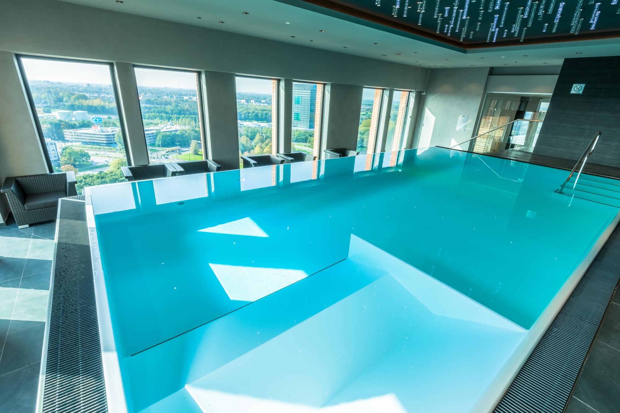 Ininity Pool im Hotel Utrecht, das Schwimmbecken mit Aussicht